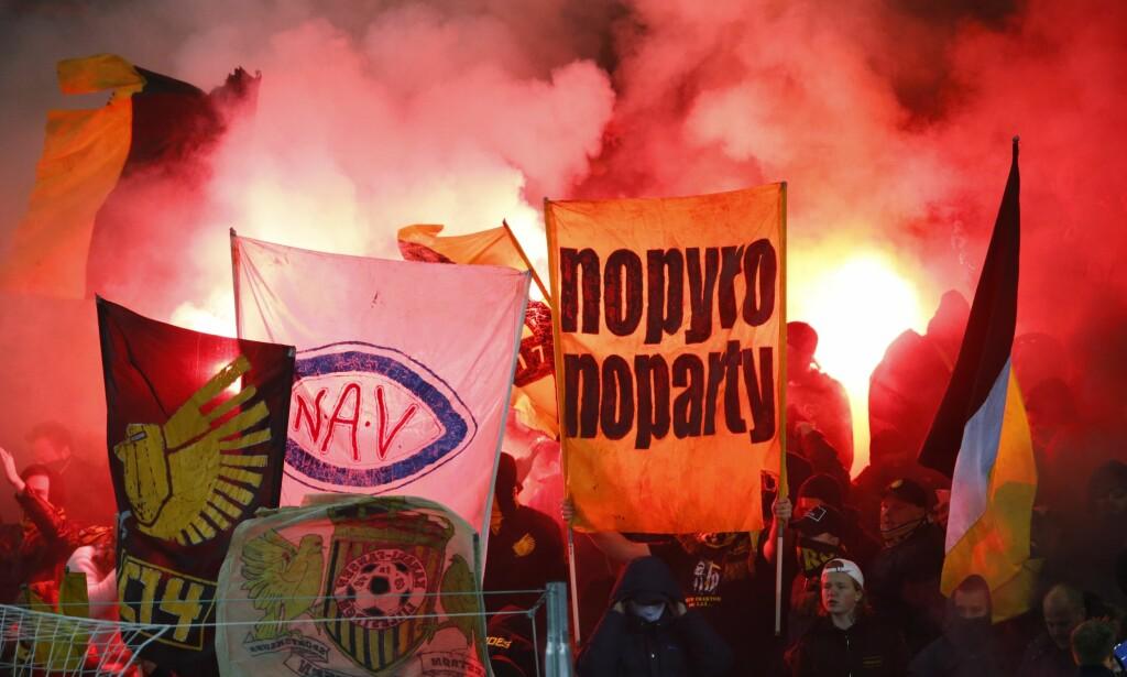 FYRVERKERI: Ullevaal så ut som en stadion i Istanbul søndag kveld. Foto: Håkon Mosvold Larsen / NTB scanpix