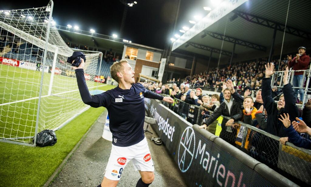 HYLLET: Strømsgodsets Øyvind Storflor ble hyllet etter sin siste hjemmekamp i Drammen. Foto: Fredrik Varfjell / NTB scanpix