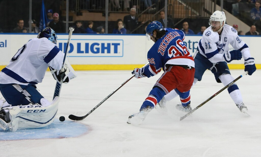 RANGERS: Mats Zuccarello og New York Rangers vant overlegent 6-1 mot Tampa Bay Lightning søndag. Foto: Michael Reaves/Getty Images/AFP /NTB Scanpix