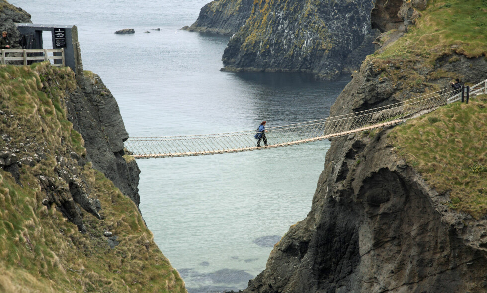 USTØTT: Det er flere som har krysset hengebrua Carrick-a-Rede Rope Bridge i Nord-Irland for så å nekte plent å gå tilbake. Foto: NTB Scanpix