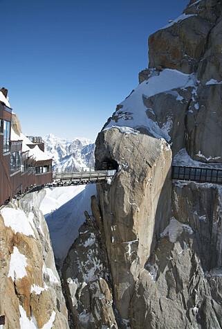 FRISK UTSIKT: 3842 meter over havet i de franske alpene finner Aiguille du Midi (3,842 m). Her har de bygget ei bru med en utsikt få andre i verden kan konkurrere med. Foto: Olimpiu Pop / Shutterstock / NTB scanpix