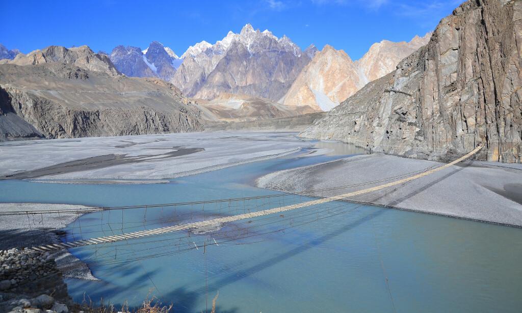 VAKKER OG FARLIG: I Hunza-dalen nord i Pakistan finner du hengebrua som av mange er regnet som verdens farligste. Foto: Shutterstock / NTB Scanpix