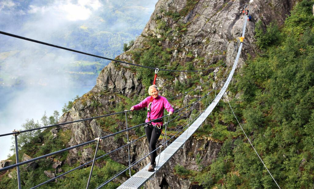 160 METER NED: Krysser du hengebrua når du går Via Ferrata Loen er du 160 meter over juvet under deg. Foto: Jan Heggheim