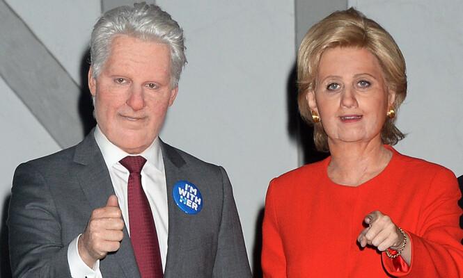 STOR FORVANDLING: Sanger Katy Perry kledde seg ut som presidentkandidat Hilary Clinton, mens en kamerat av henne var utkledd som ektemannen Bill Clinton. Foto: NTB scanpix