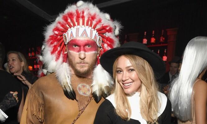 FIKK KRITIKK: Hilary Duff og kjæresten, Jason Walsh, kom utkledd i «matchende» kostymer for Halloween – indianerhøvding og pilegrim. Foto: NTB scanpix