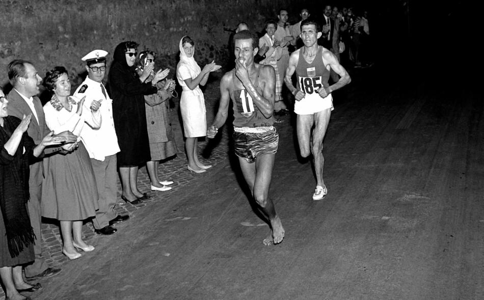 BARBEINT: Abebe Bikila sjokkerte med å løpe hele maratonløypa i Roma-OL uten sko. Foto: NTB Scanpix / AFP PHOTO / EPU