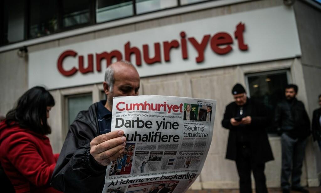 FORAKT FOR FRIHET: Redaktøren, flere journalister og en karrikaturtegnet i avisa Cumhuriyet er arrrestert. President Recep Tayyip Erdigan bruker det mislykkede militære kupp-forsøket som påskudd til å knekke alle politiske motstandere. Overskrifta lyder: «Kupp mot opposisjonen». Foto: AFP / NTB Scanpix / OZAN KOSE