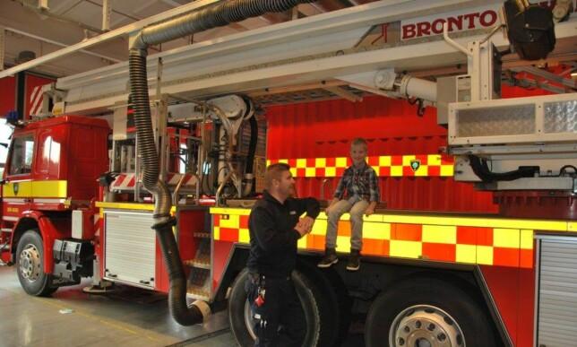 STAS: Melwin Johansson syns det var stor stas å få besøke brannstasjonen. FOTO: Räddningstjänsten Väst