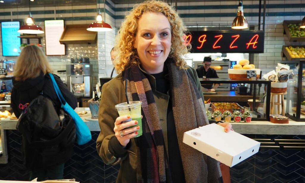 FØRSTE KUNDE: Tonje Nelson plukket med seg et stykke pizza med sopp og en grønn smoothie på vei til sitt fly i formiddag.