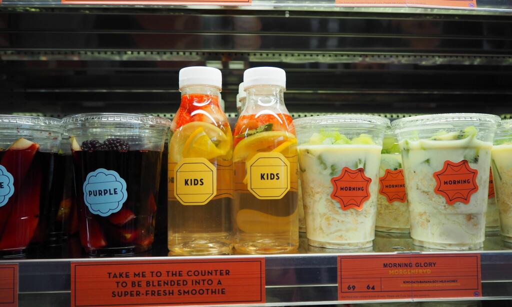 SNART SMOOTHIE: Smoothie-blandingene er klare i beger, men blendes på stedet. Barn tilbys vann med frukt og bær på små flasker som en del av barnemenyen.