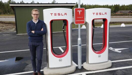 <strong>TENKER ANNERLEDES:</strong> Kommunikasjonssjef i Tesla Norge, Even Sandvold Roland ved en av til sammen 856 ladestolper i Norge. Foto: Henrik Skolt / NTB scanpix