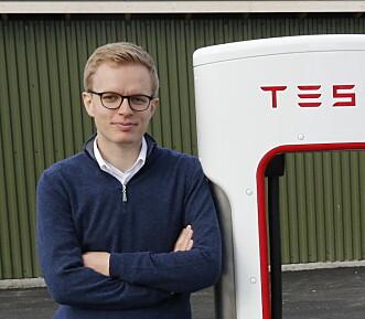 <strong>KJENNER IKKE TIL NOEN FORSKJELLER:</strong> Kommunikasjonssjef i Tesla Norge, Even Sandvold Roland, mener dørene på Tesla Model X fungerer akkurat som de skal. <br>Foto: Henrik Skolt / NTB scanpix