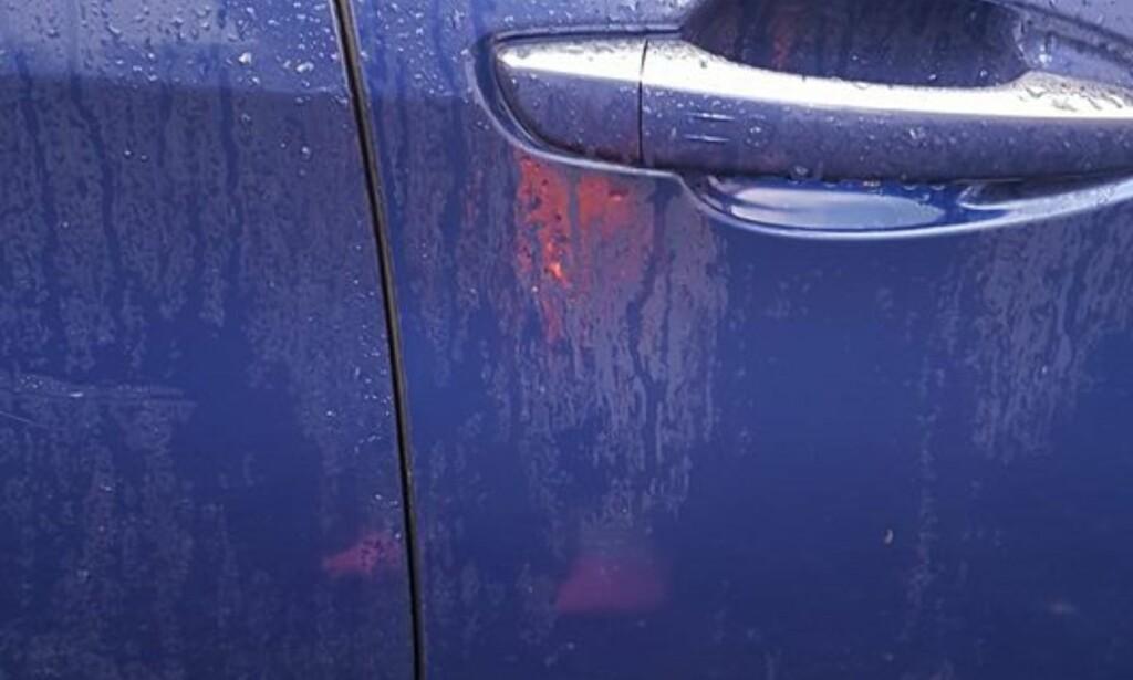 SKADET: Bilen må på lakkeringsverksted, og hvis det viser seg at spraylakken ikke går av, må den lakkeres på nytt. Foto: Privat.