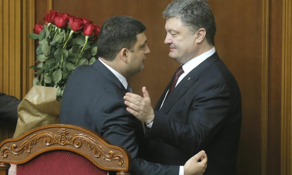 GUTTA FRA CALCUTTA: Ukrainas sresident Petro Poroshenko, til høyre, og statsminister Volodymyr Groysman. Foto: AP/Efrem Lukatsky/NTB/Scanpix