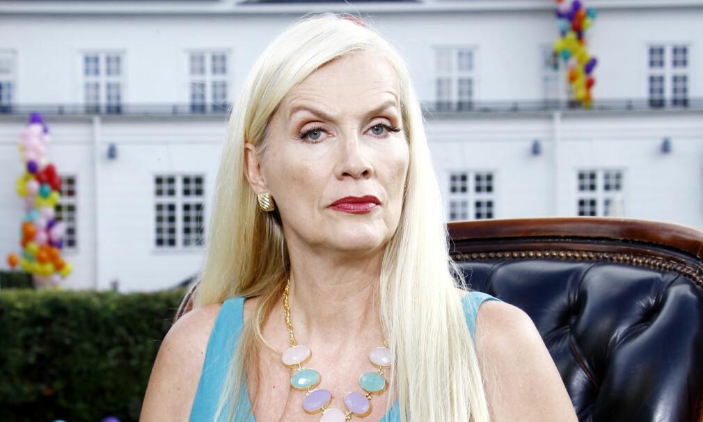 RASER: Gunilla Persson er ikke spesielt fornøyd med at svenske myndigheter nå krever at hun må bevise at hennes 91 år gamle mor lever. Moren er for tiden skadd som følge av brannen i familiens Los Angeles-hjem. Foto: Expressen