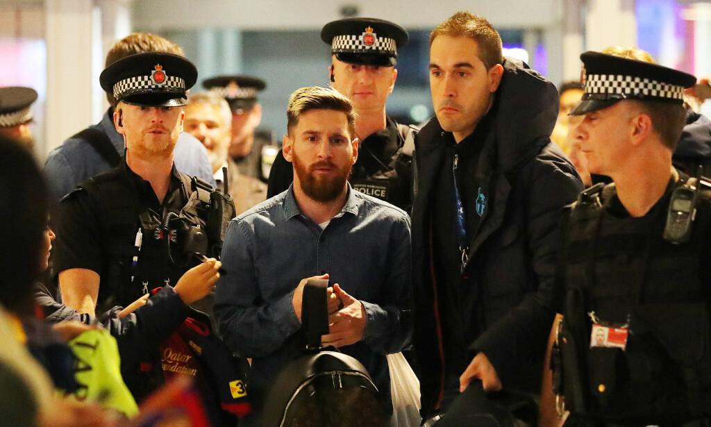 SINT: Lionel Messi var forbanna på en Manchester City-spiller etter kampen i Manchester i går. Ifølge spanske medier var dette Fernandinho. Her får Messi hjelp av politiet på flyplassen på vei hjem. Foto: NTB Scanpix