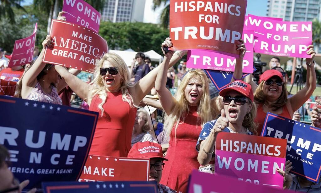 LIVLIG: Donald Trump-kampanjen har de siste månedene fått ut mye nytt kampanjemateriale. Både «kvinner for Trump» og «latinamerikanere for Trump» er å se på velgerarrangementene hans. Foto: Øistein Norum Monsen / Dagbladet