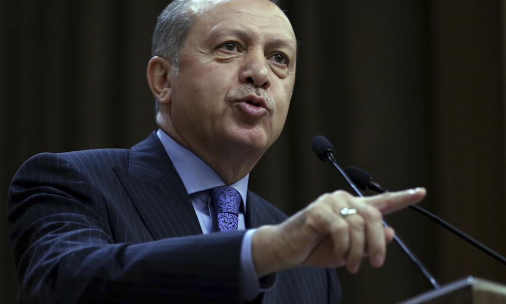 VIL FORBY DIKT: Tyrkias president Recep Tayyip Erdogan har krevd at tyske myndigheter reagerer sterkt mot publiseringen av et satirisk dikt der han fremstilles som en mann som liker dyresex og overgrep mot barn. FOTO: Murat Cetinmuhurdar / Pool Photo via AP