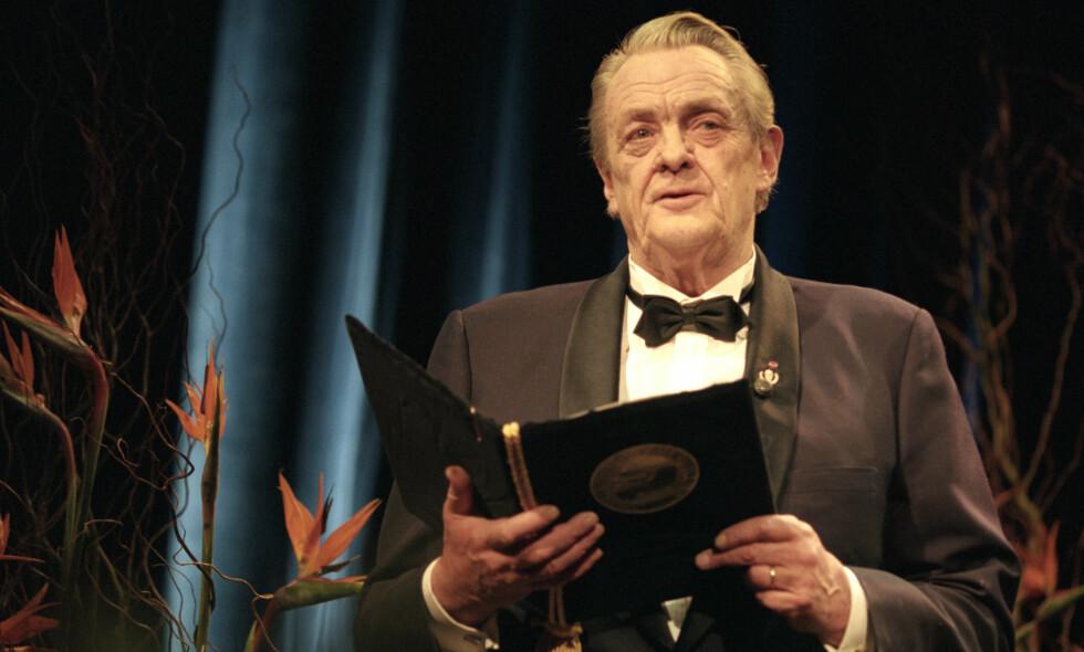 GIGANTEN: Erik Bye var tv- og radiomann, visesanger, og lyriker. Her under Nobelkonserten i 1994. Foto: Lise Åserud NTB / SCANPIX
