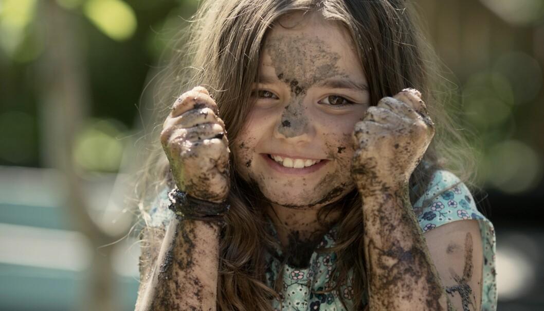 SKITNE OG FRISKE UNGER: Gjør foreldre barna sine en bjørnetjeneste ved å fokusere for mye på renslighet? Foto: Veslemøy Vraskår / Jøss Forlag