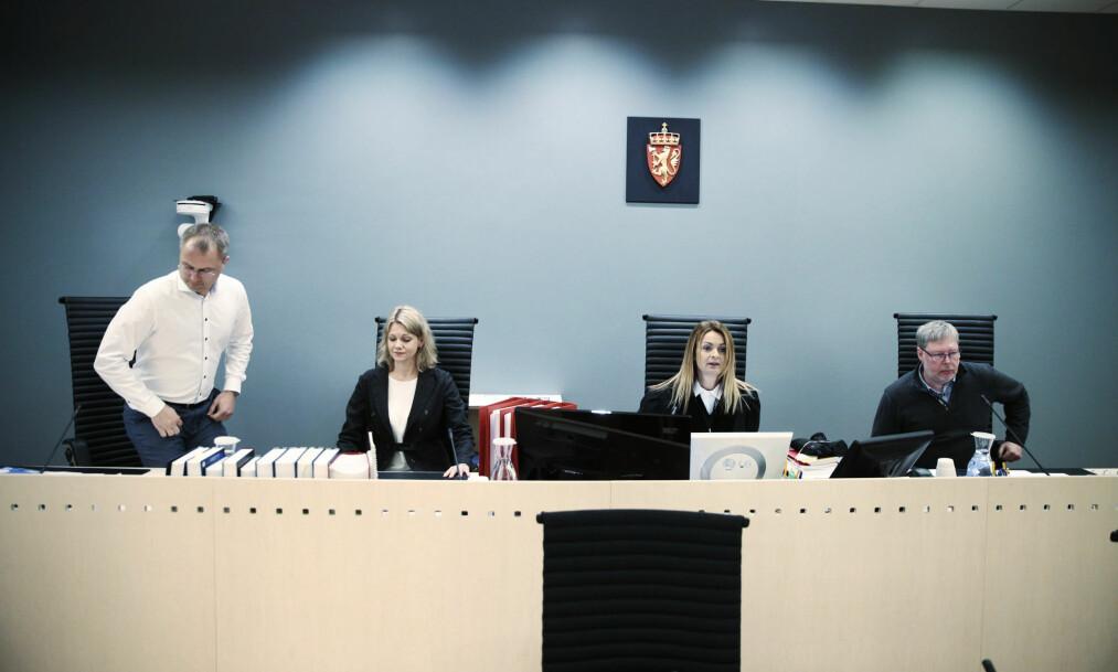 DOMMERNE: De tre dommerne i saken mot 19-åringen og Ubaydullah Hussain. Tingrettsdommer Siv K. Kvåli nr. 2 f.h.  Foto: Bjørn Langsem / Dagbladet
