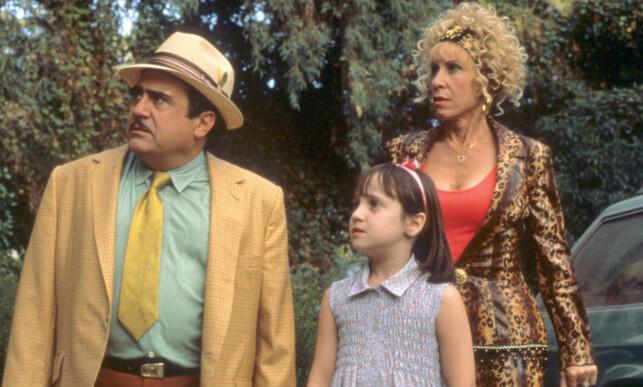 STOR SUKSESS: Mara Wilson spilte rollen som vesle Matilda, mens Danny DeVito og Rhea Perlman spilte foreldrene hennes, Mr. og Mrs. Wormwood. De to er gift i virkeligheten. Foto: TRISTAR PICTURES / Album