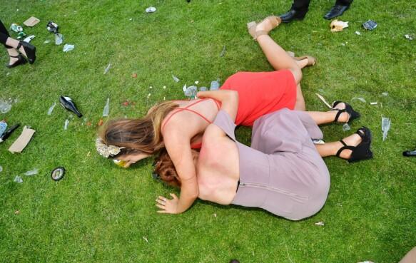 MELBOURNE CUP: To kvinner på gresset. Foto: Jason Edwards/Newspix/REX/Shutterstock