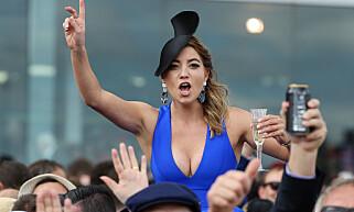 MELBOURNE CUP: Kvinne i kjole. Foto: Ian Currie/Newspix/REX/Shutterstock