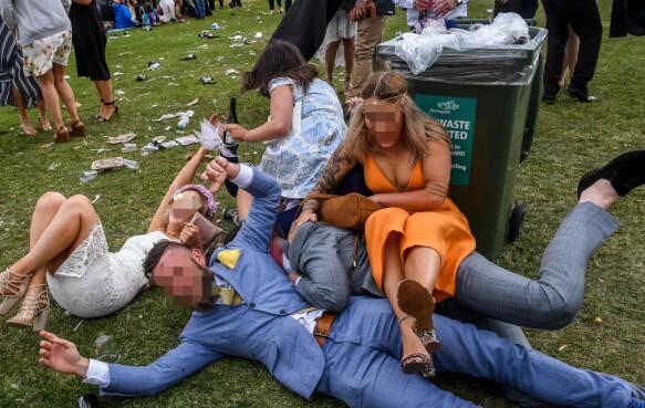 MELBOURNE CUP: Mann og kvinner på gresset. Foto: Newspix/REX/Shutterstock