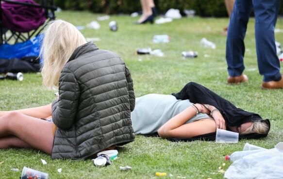 FYLL: To kvinner på gresset. Foto: Splash