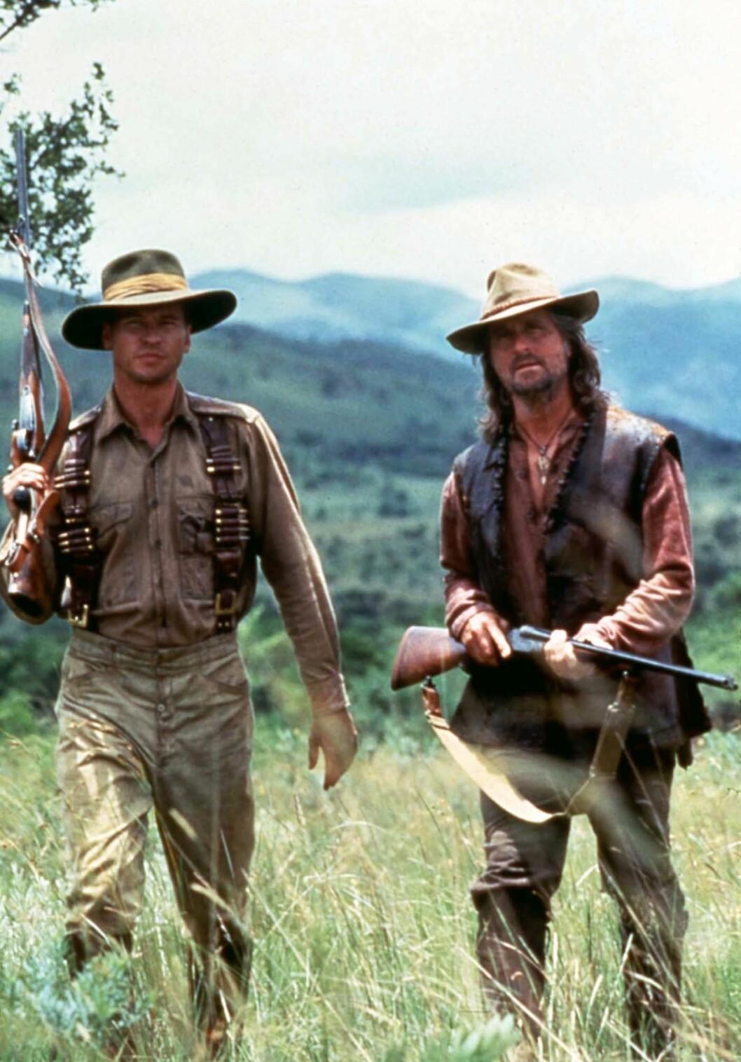 KOLLEGER: Val Kilmer (t.v) og Michael Douglas spilte sammen i filmen «The Ghost And The Darkness» fra 1996. Foto: Mary Evans Picture