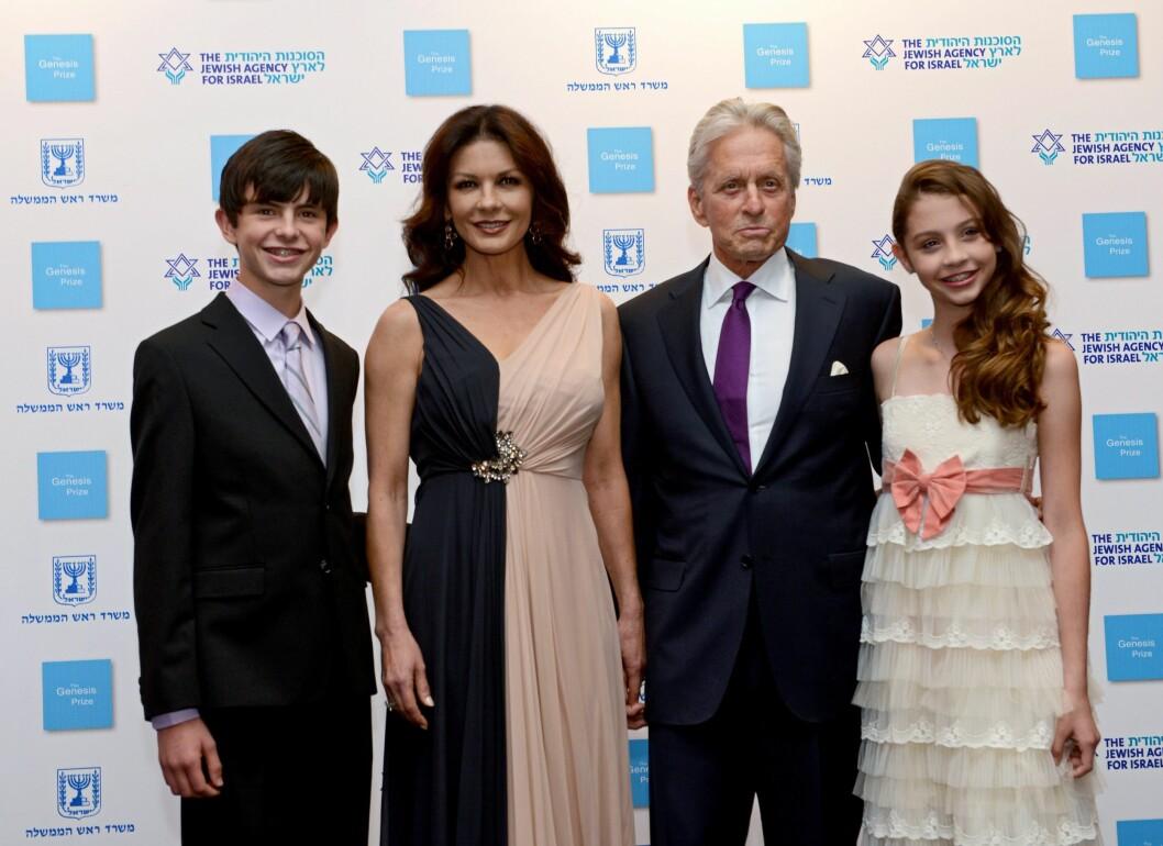 FAMILIELYKKE: I dag lever Michael Douglas et lykkelig familieliv med kona Catherine Zeta-Jones, som han giftet seg med i 2000, og sønnen Dylan og datteren Carys.  Foto: Epa