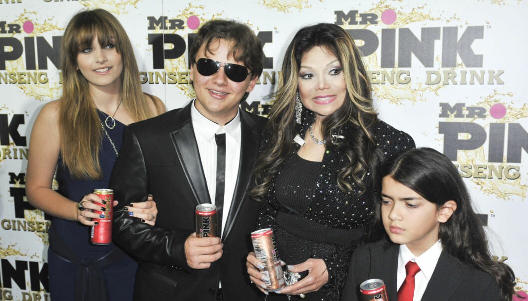 BERØMT TANTE: Paris sammen med sine brødre og sin tante, popstjernen Janet Jackson.