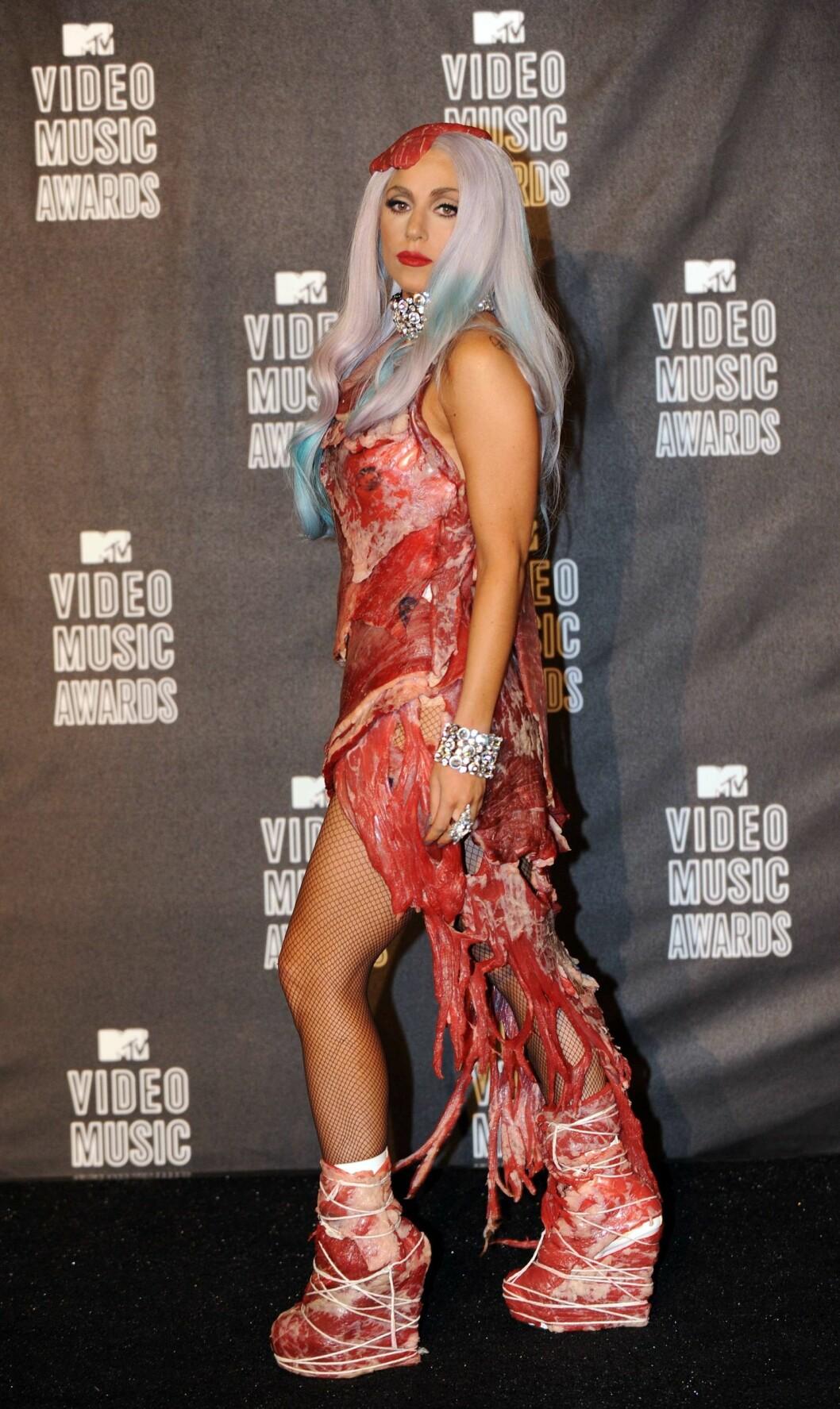 <strong>VILLE PÅFUNN:</strong> I 2010 sjokkerte Lady Gaga med å stille i en kjøttkjole under MTV Video Music Awards.  Foto: NTB Scanpix