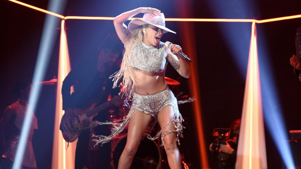<strong> FASTLIMT:</strong> Her opptrer artisten Lady Gaga (30) på «Saturday Night Live» i helga. Det hun ikke visste da, var at stylisten hennes hadde funnet på noe lurt. Han var nemlig redd for at ting ikke skulle sitte som planlagt - og limte dermed fast undertøyet hennes. Foto: NTB Scanpix
