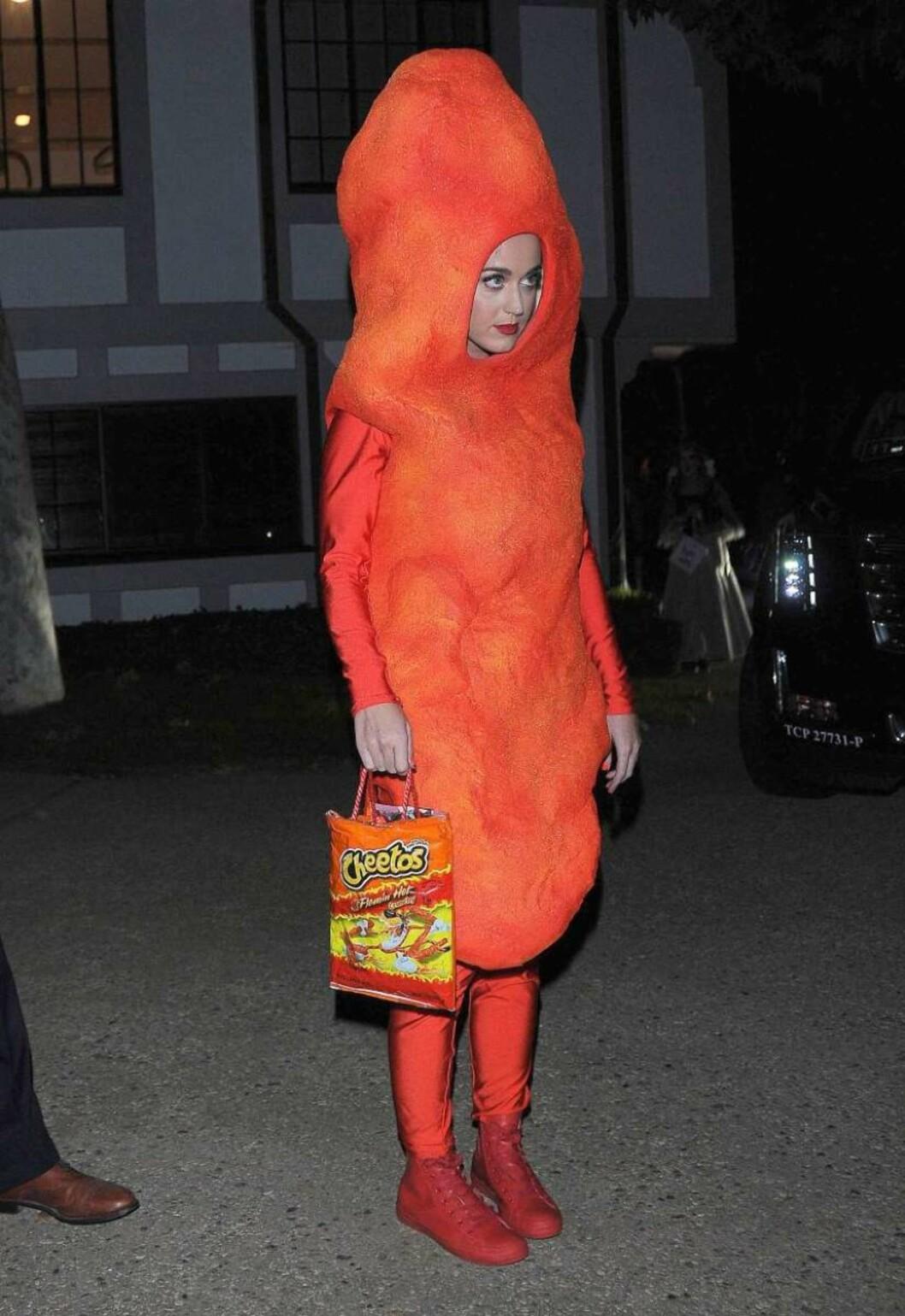 OSTEPOP: Katy Perry gikk for et morsomt Halloween-kostyme. 30-åringen kom utkledd som ostesnacksen Cheetos, den amerikanske versjonen av ostepop.