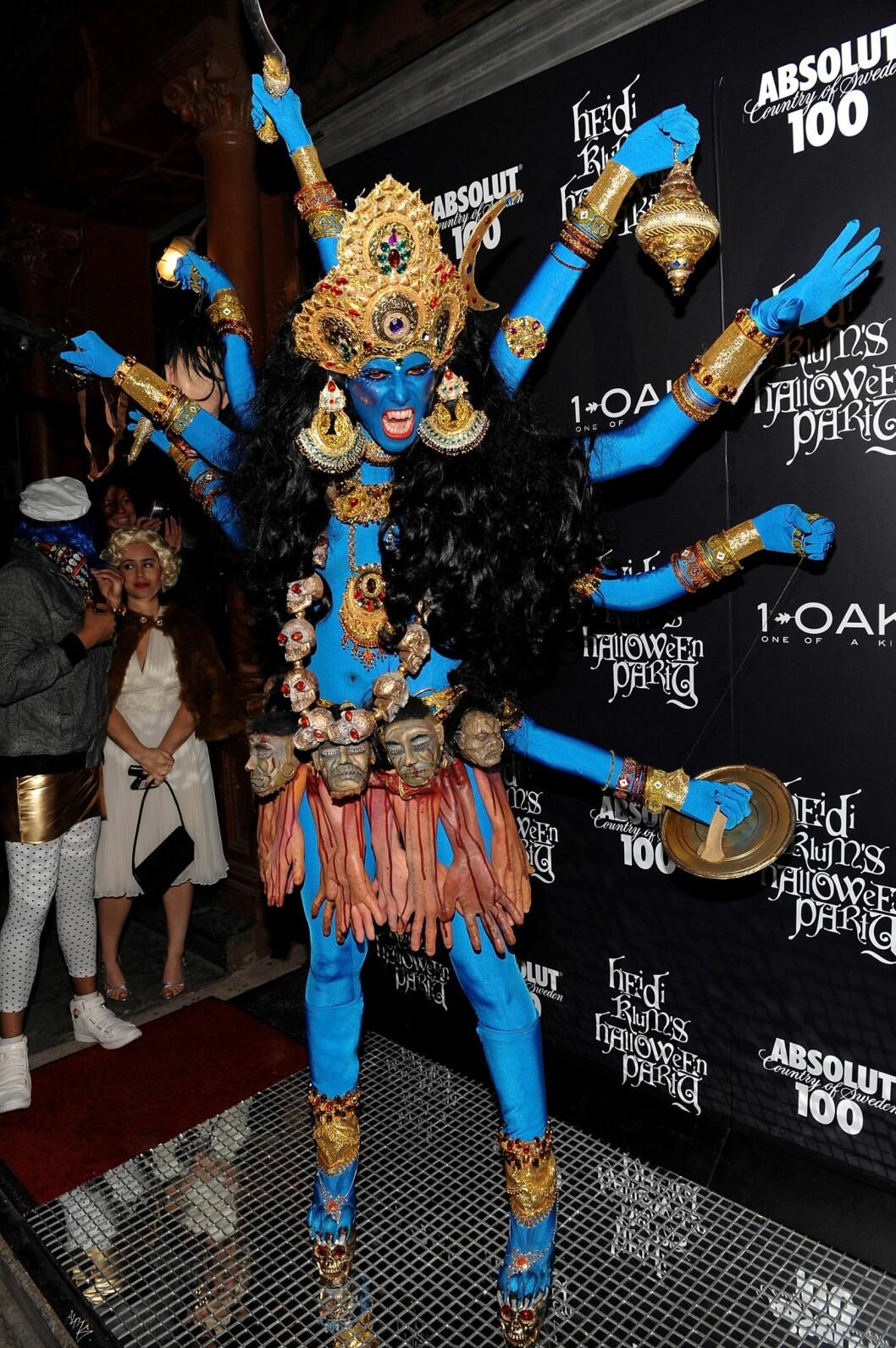 GUD: Heidi Klum utkledd som Kali, en av gudene i hinduismen. Foto: AP