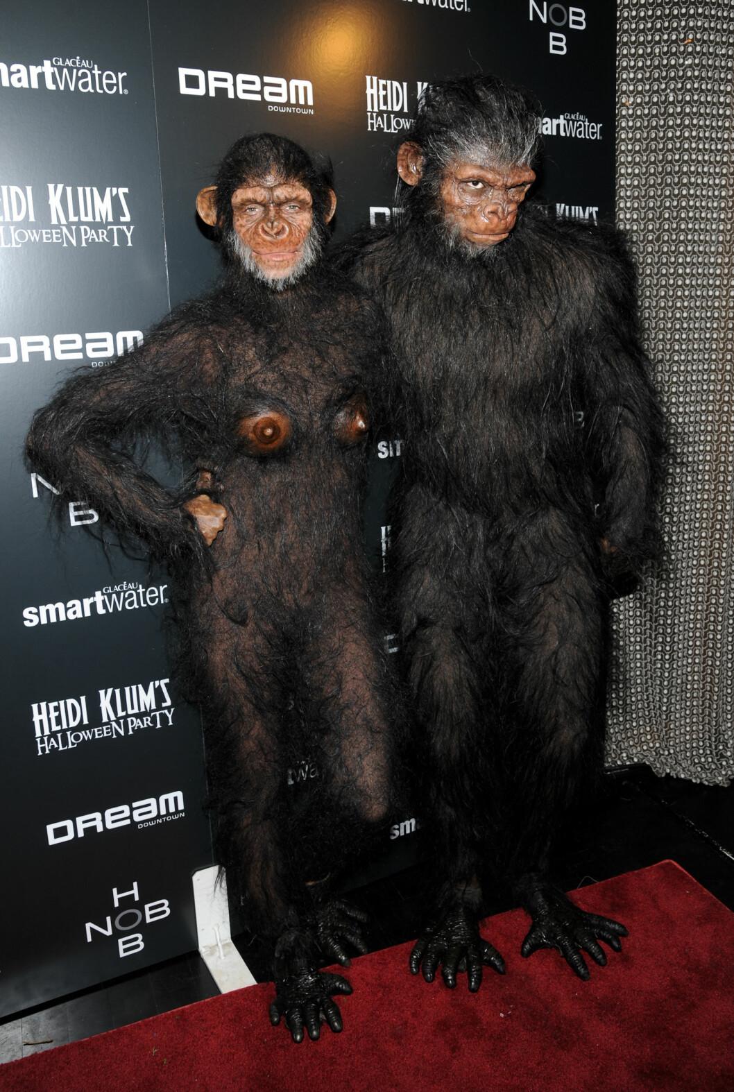 HÅRETE APER: Model Heidi Klum og ektemannen Seal utkledd som apekatter på Halloween-fest. Foto: Ap