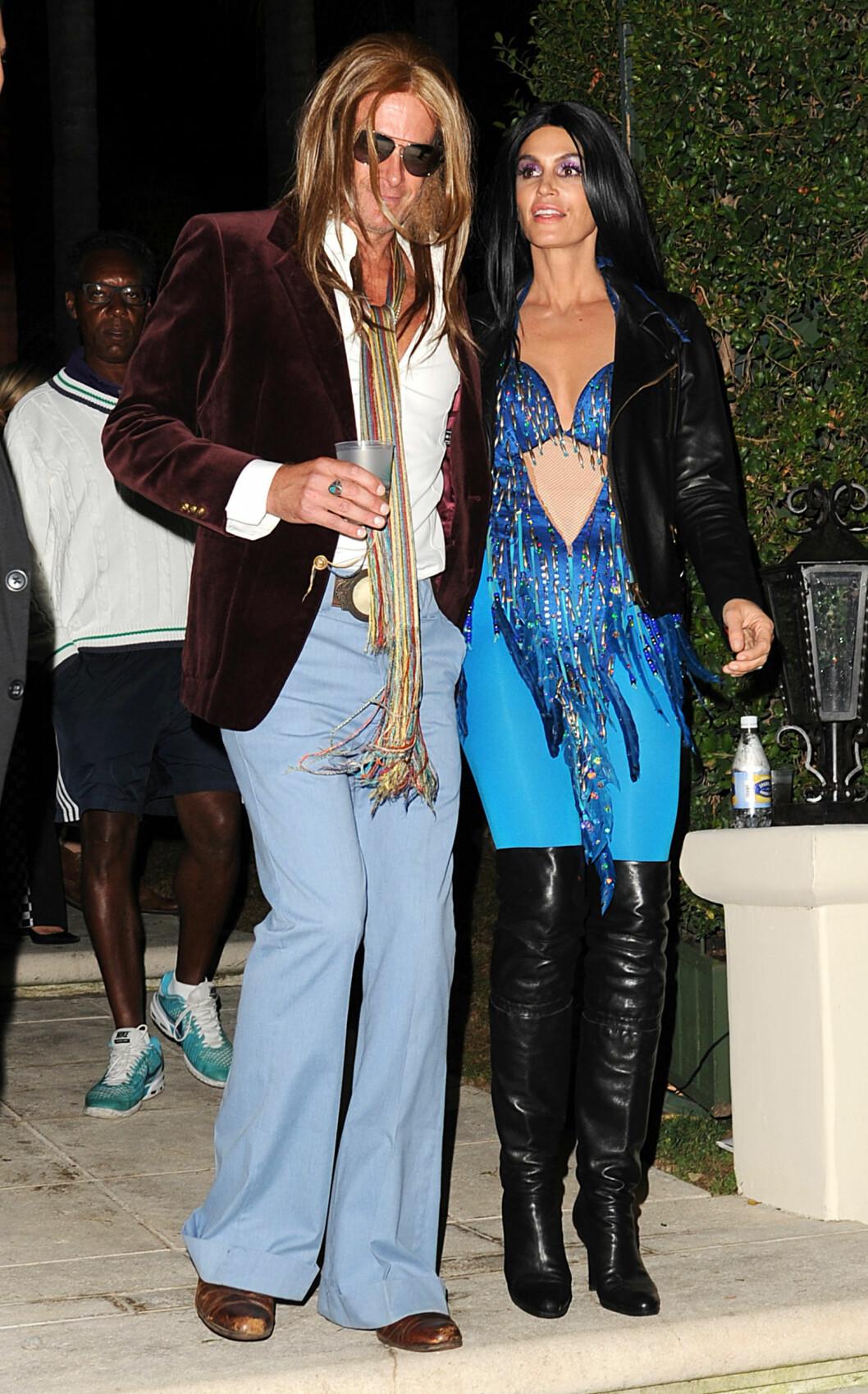 70-TALLET: Rande Gerber og supermodell Cindy Crawford i kostymer inspirert av 70-tallet. Foto: Broadimage