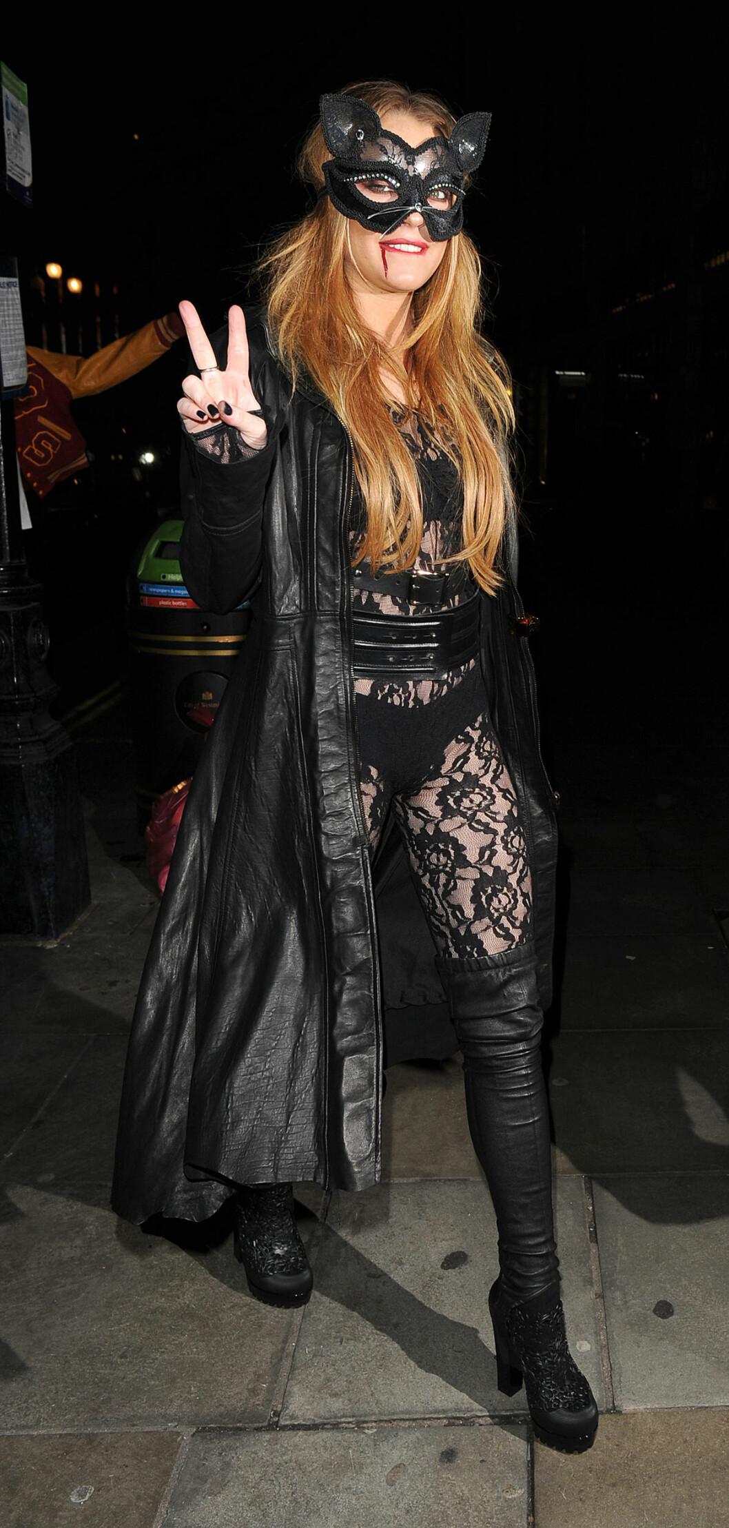 SKUMMEL: Lindsay Lohan i svart blondedrakt og blod rundt munnen.  Foto: Splash News