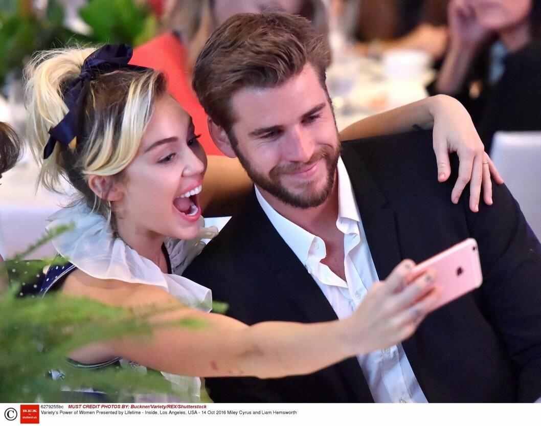 "PLANLEGGER BRYLLUP: Miley Cyrus og Liam Hemsworth hygget seg i salen under Lifetime-eventet ""Variety's Power of Women"" 14. oktober. Foto: Rex Features"
