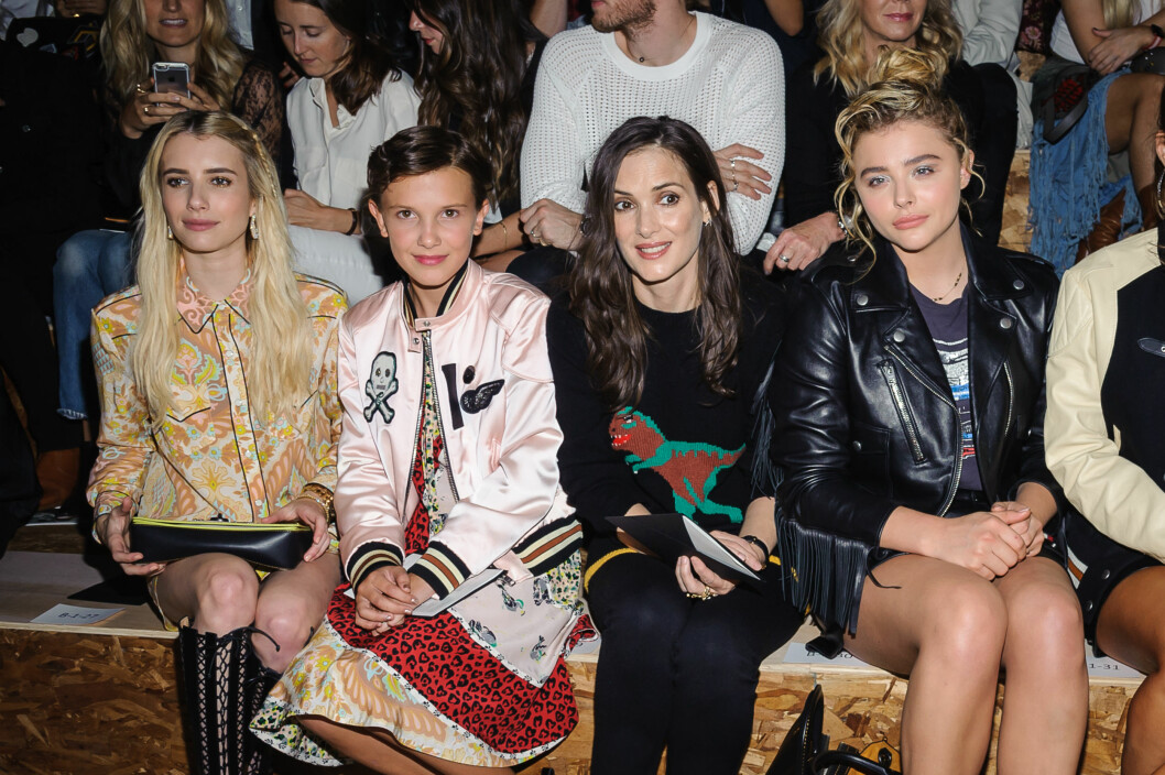 <strong>MENGER SEG MED STJERNENE:</strong> Under New York Fashion Week satt Millie Bobby Brown på første rad sammen med skuespillerne Emma Roberts, Winona Ryder (som også spiller i serien) og Chloe Grace Moretz. Foto: NTB Scanpix