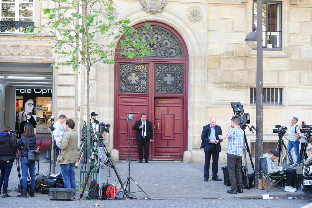 HER GIKK DET GALT: Maskerte menn skal ha tatt seg inn gjennom denne døra utenfor Kardashians luksusleilighet i Paris. Dette bildet er tatt på formiddagen etter det brutale ranet.  Foto: Solo Syndication
