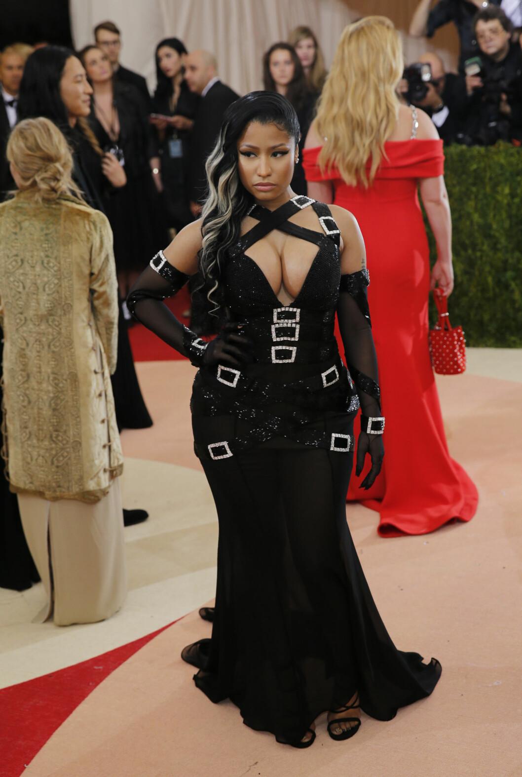 FOR MYE: Rapper Nicki Minaj ankom gallaen i en Moschino-kreasjon av Jeremy Scott, som var overlesset med beltedeltajer.  Foto: Reuters