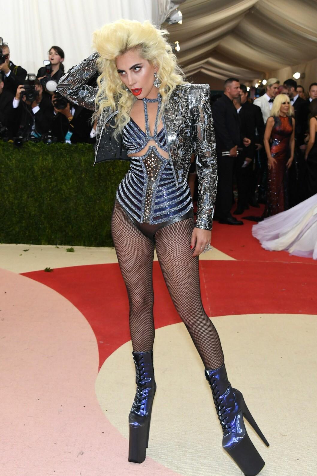 ROBOT: Lady Gagas «Manus x Machina»-inspirerte antrekk fra Atelier Versace har vekket både begeistring og misnøye etter Met-gallaen 2016.  Foto: Afp