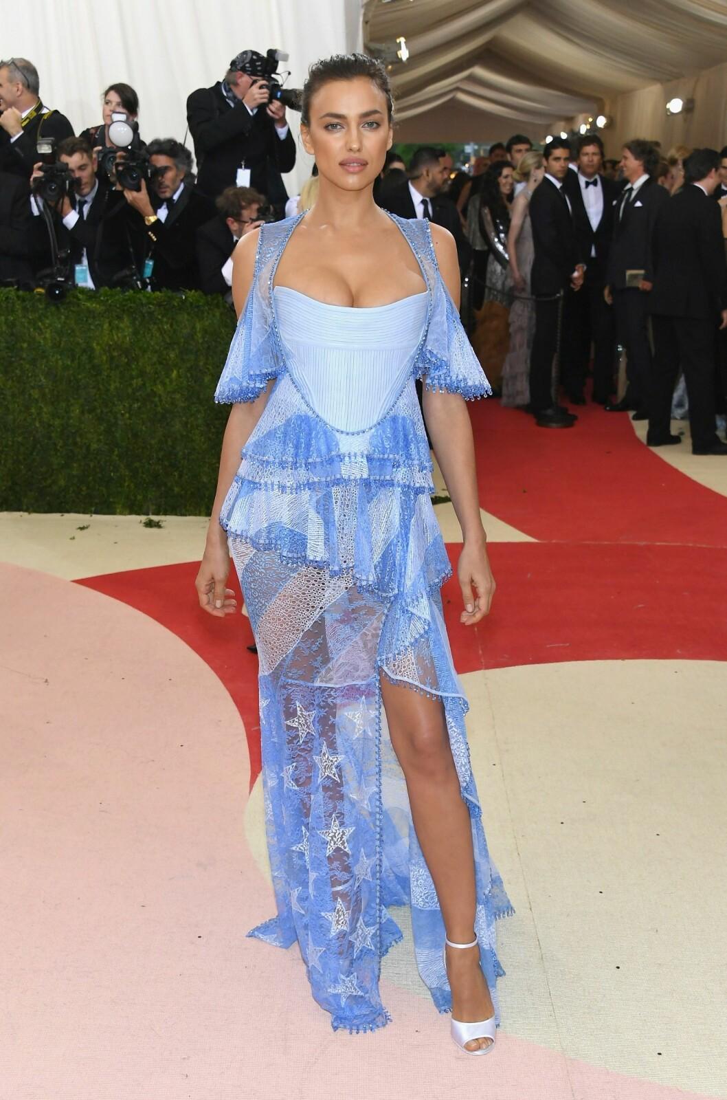 LITE FLATTERENDE: Flere medier påpeker at Givenchy-kjolen til supermodell Irina Shayk ikke var et heldig valg.  Foto: Afp