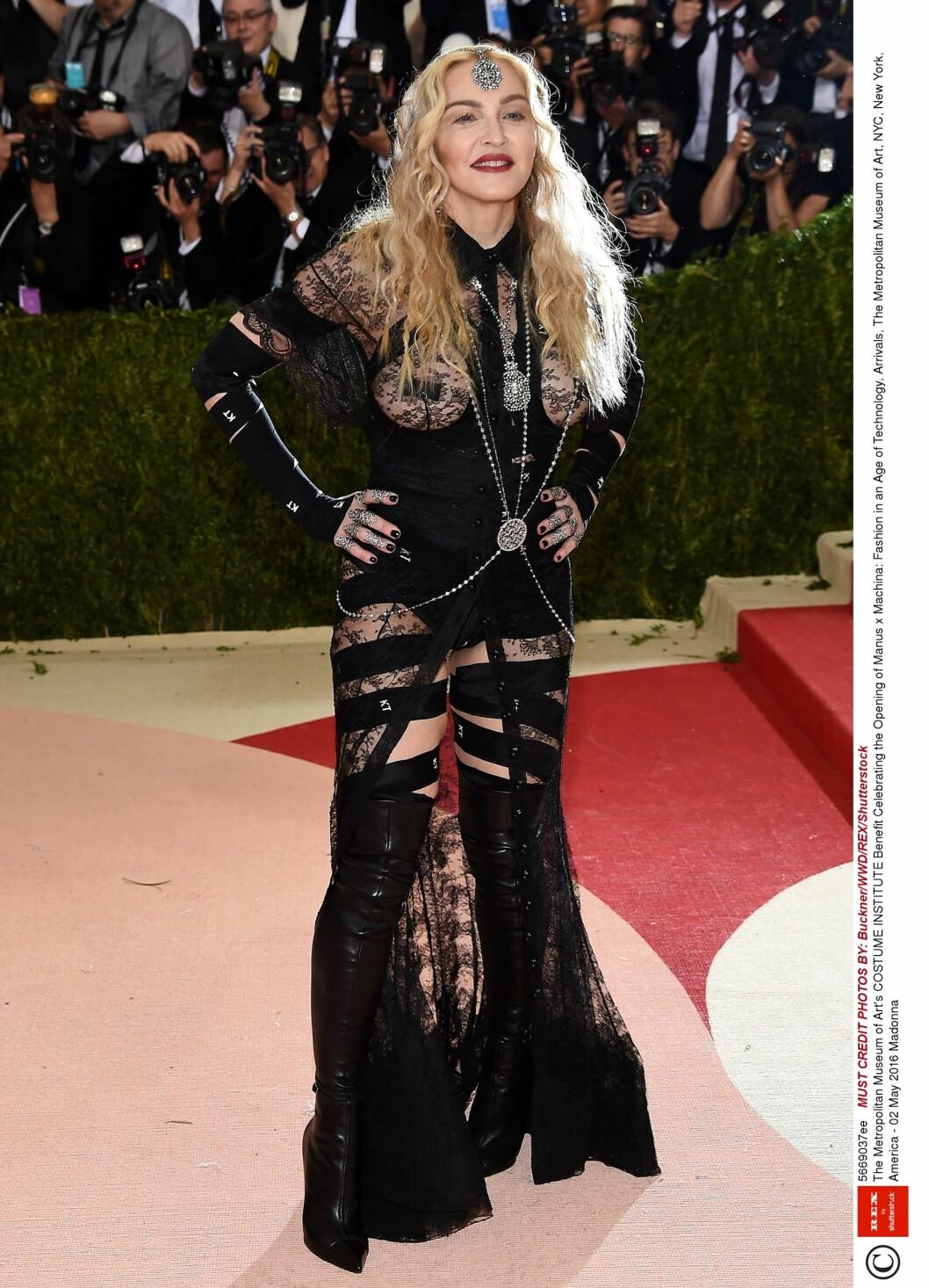 KONTROVERSIELL: Madonna overlot ekstremt lite til fantasien i dette blondeantrekket fra Givenchy. Foto: Rex Features