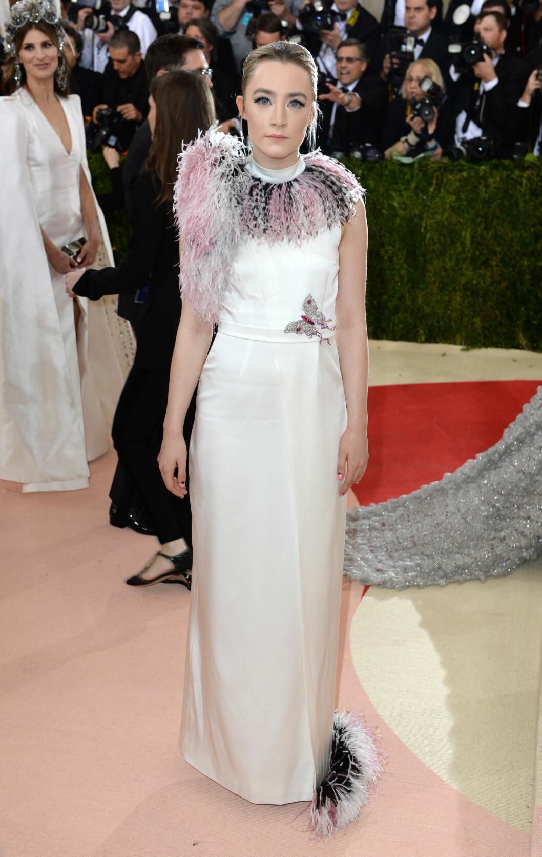 KOSTYME: Motepressen blir ikke helt klok på Anna Hu Haute Joaillerie-antrekket til skuespiller Saoirse Ronan. Foto: Pa Photos
