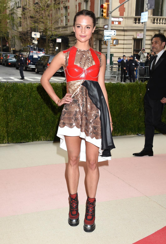 ROTETE: Louis Vuitton-antrekket til Oscar-vinner Alicia Vikander virket ufokusert, og bootsene virket malplassert på en galla. Foto: Pa Photos