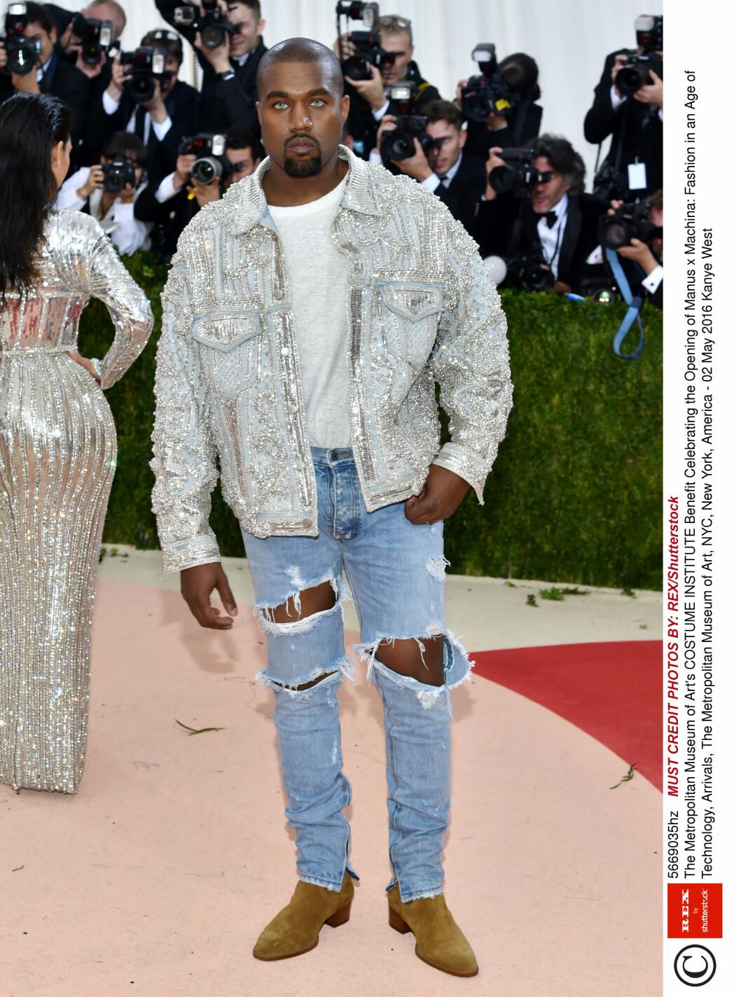 BOMMET: Rapper Kanye West har vist seg med både bleke kontaktlinser og perlebrodert Balmain-jakke tidligere, og de semskede bootsene og opprevne jeansene var ikke galla-verdige.  Foto: Rex Features